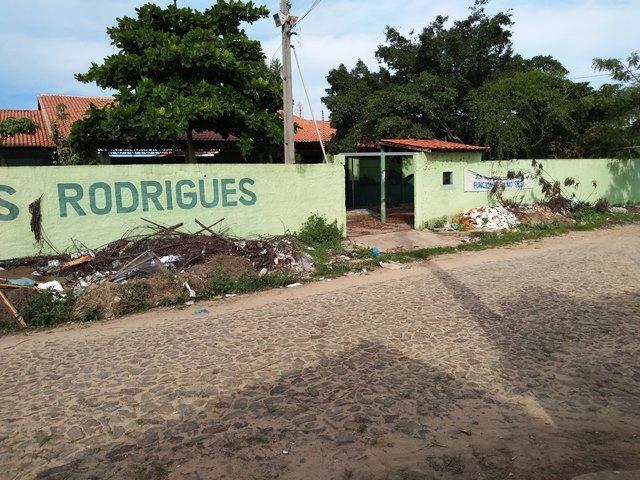 Prédio da Unidade Escolar Chagas Rodrigues foi saqueado e depredado