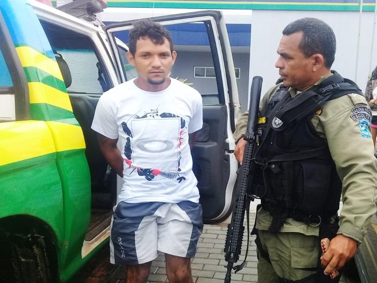 Ex-presidiário é preso novamente ao fugir nu por tentar estuprar