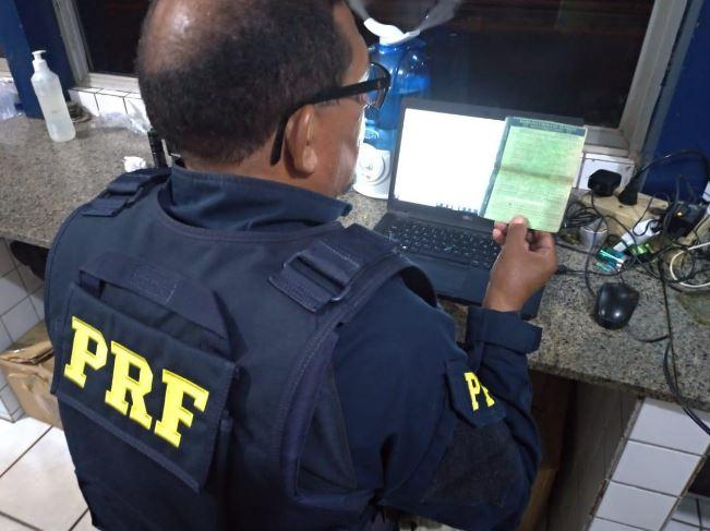 PRF prende condutor que apresentou documento falso na BR 402