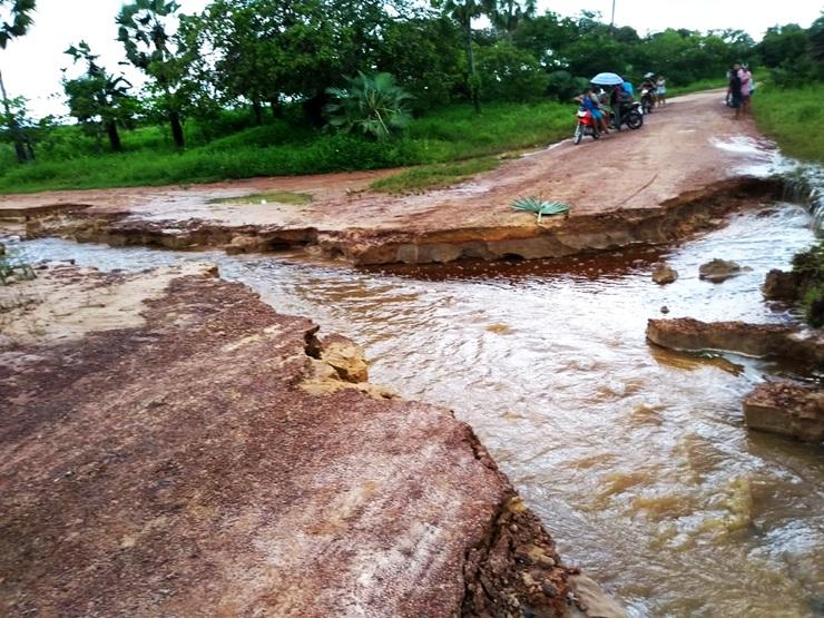 Comunidade Chafariz está praticamente isolada após estrada ceder